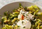 Salade et oeufs pochés