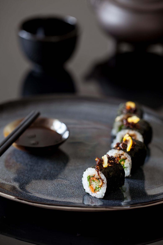 riz japonais cuisson maki sushis sur assiette noire