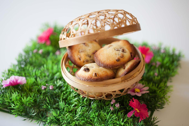 Petit panier de Pâques garni de chocolats et de palets aux raisins