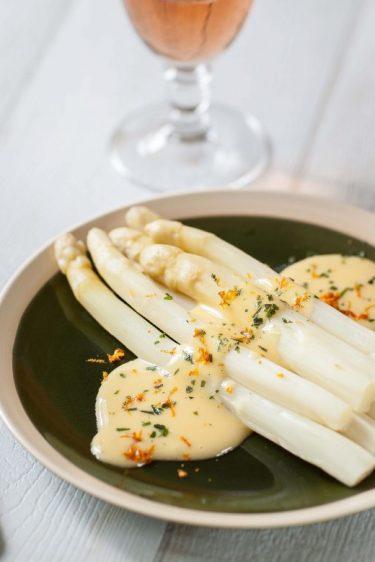 Recette pour Pâques d'asperges fruitées à la mayonnaise orange estragon