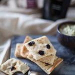 recette de houmous aux artichauts et de foccacia aux olives noires