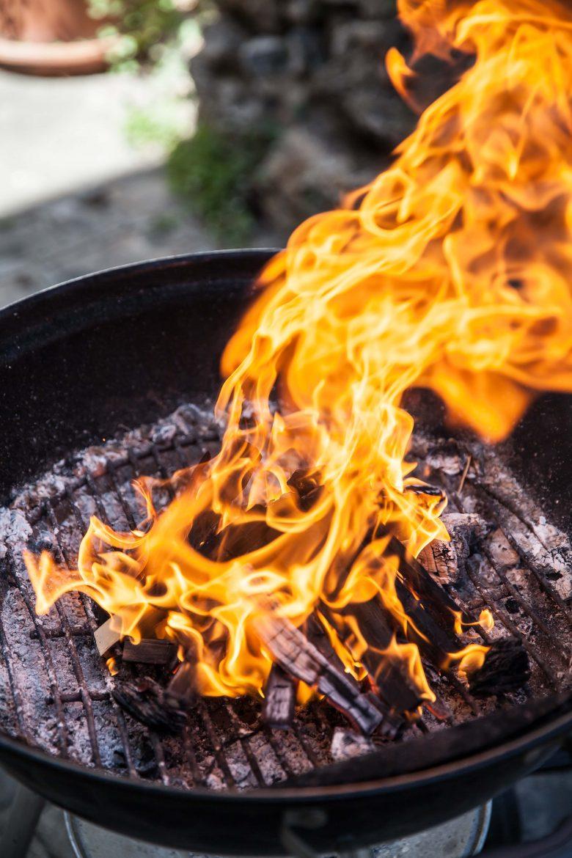 les flammes d'un barbecue