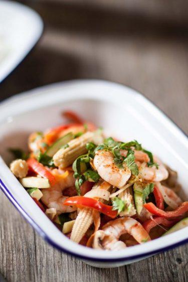 Sauté de crevettes aux légumes et lait de coco, verre de vin d'alsace