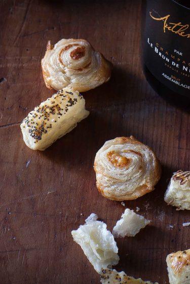 Champagne Brun de Neuvile L'Authentique et feuilletés pavot cumin et parmesan©panierdesaison-11