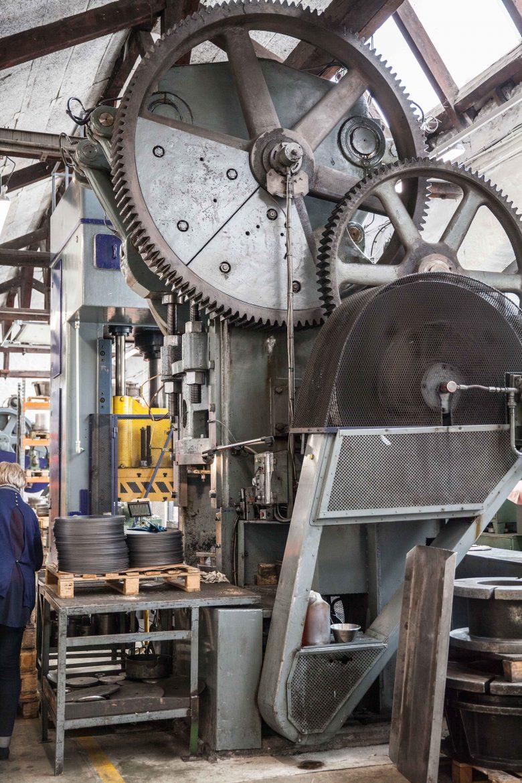 L'emboutisseuse donne forme aux ustensiles (machine du 19ème siècle) Le cisailleur découpe les plaques de métal De Buyer©panierdesaison