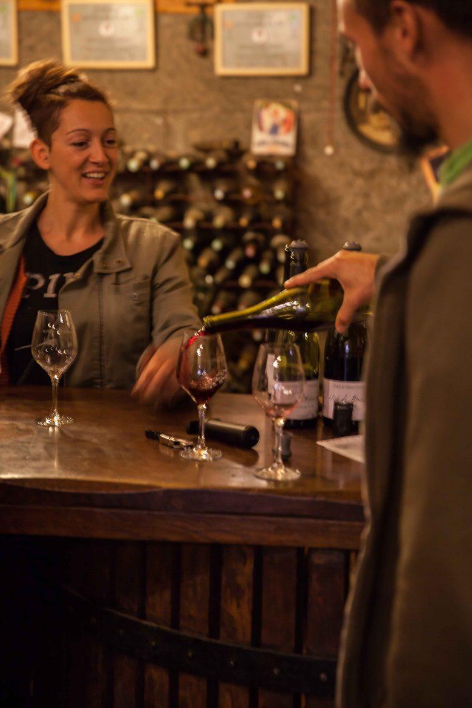 Claire au bar du domaine Chasselay en Beaujolais