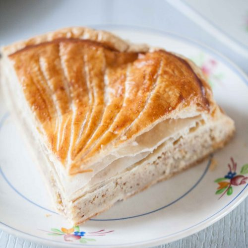 La galette des rois, la recette traditionnelle avec la crème d'amandes et la crème pâtissière