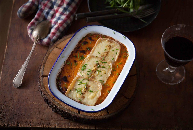 Purée de patates douces gratinées avec des tranches de raclette suisse du Valais AOP