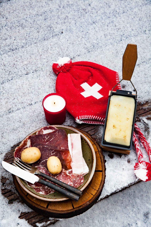 Raclette suisse fondue et charcuteries dans la neige