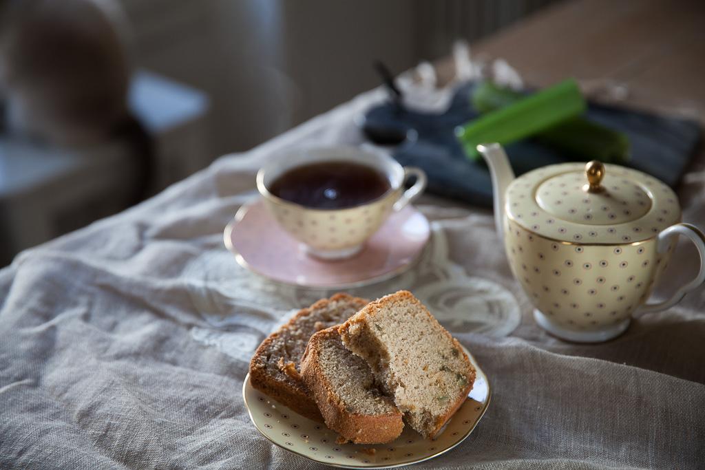 Tranches de cake aux amandes et à l'angélique confite, tasse de thé noir