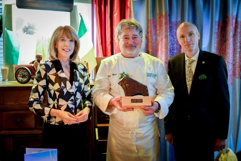 madame l'ambassadeur d'Irlande remet de le trophée du chef's irish beef club au chef des comédiens Gilles Bellot