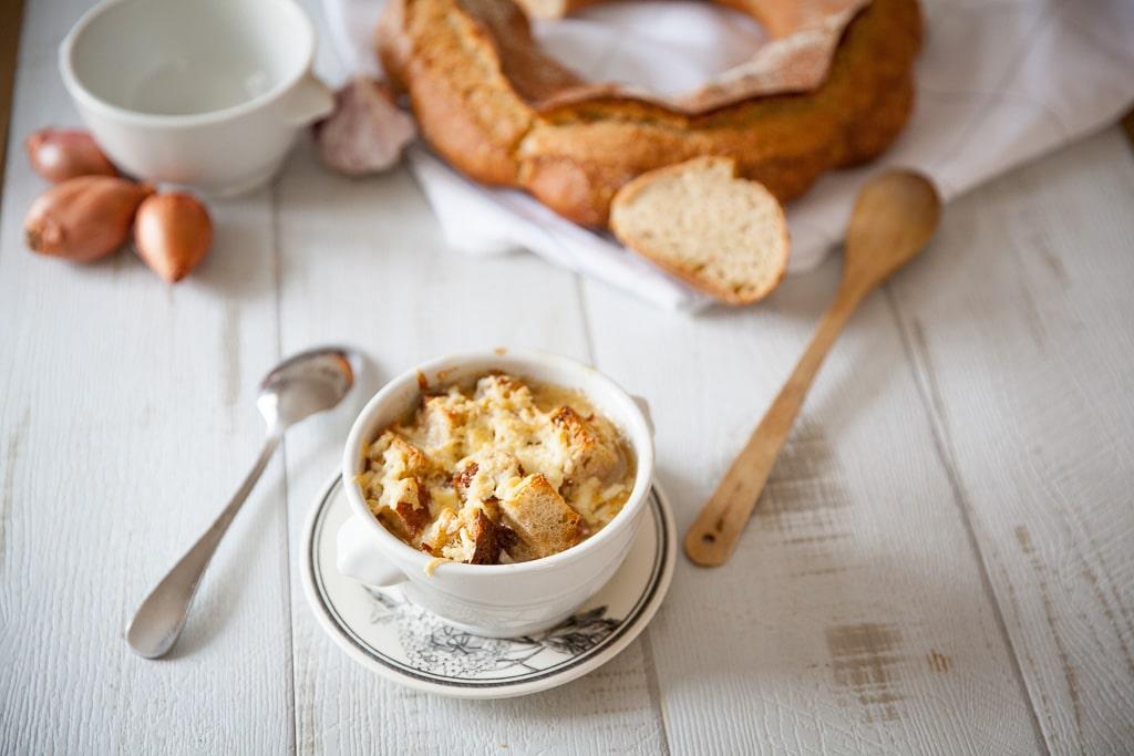 Soupe à l'oignon gratinée au fromage avec croûtons