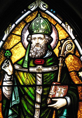 vitrail de saint patrick tenant le trèfle