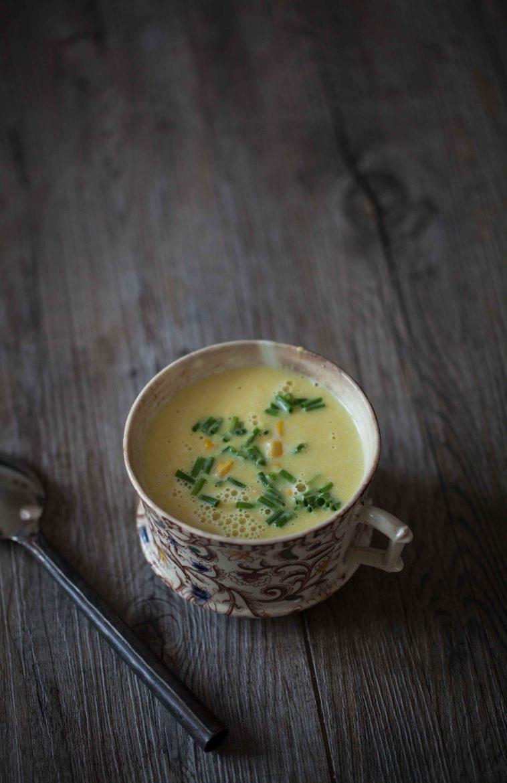 tasse de soupe au maïs parsemée de ciboulette