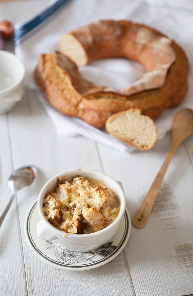 Ma recette de soupe à l'oignon gratinée au fromage avec croûtons