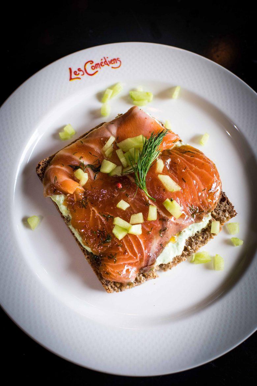 Tartine du voyageur irlandais au saumon gravlax, concombre mariné et mousse d'herbes