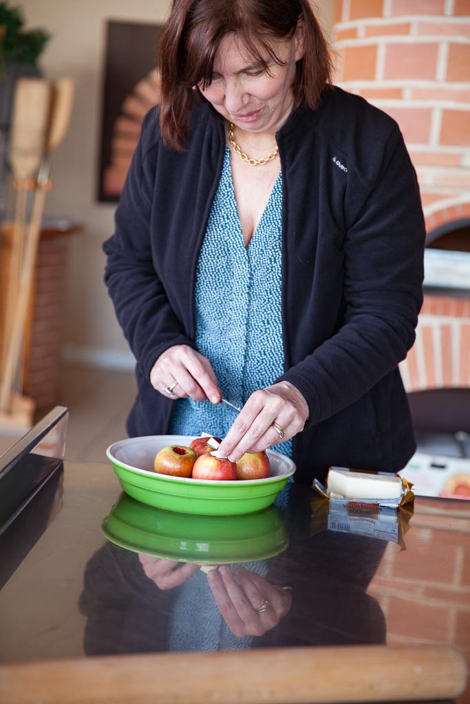 Anne-Laure Célerier prépare des pommes au four