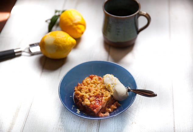 crumble aux fraises et compote de poire accompagné d'une quenelle de crème fraîche et zestes de citron