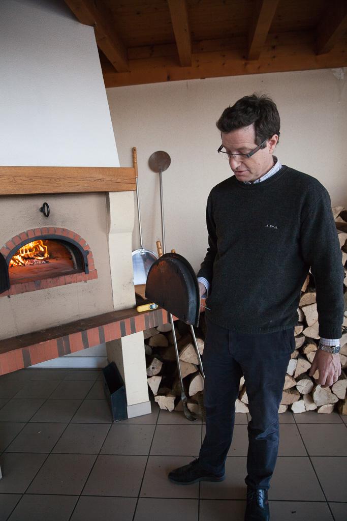 François Célerier montre la porte isolante amovible du four à bois Grand-Mère