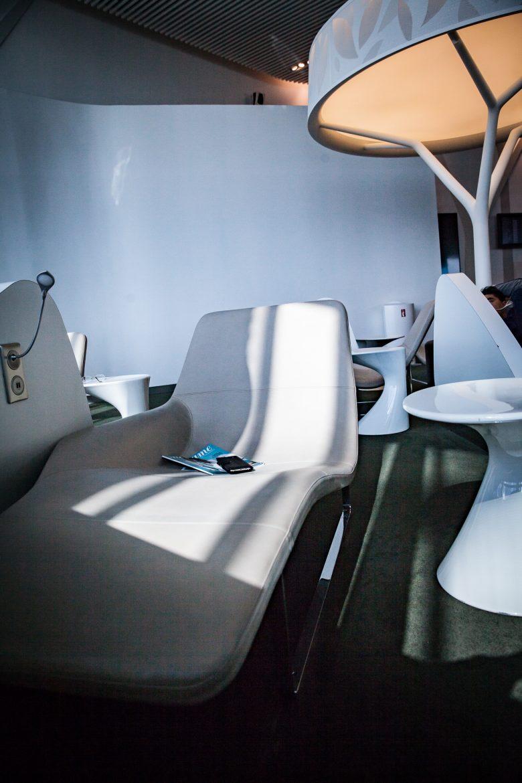 Couchette de relaxation dans le lounge Air France Terminal 2E hall M