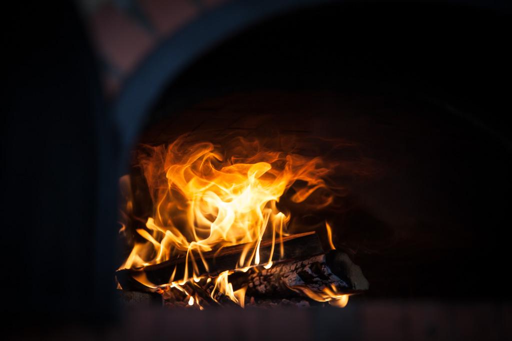 la flamme d'un four à bois Grand-Mère