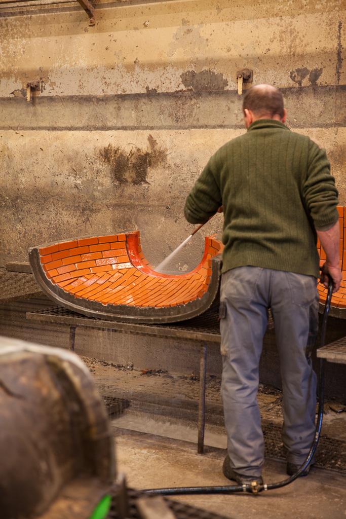 lavage des joints de briques réfractaires d'un four à bois Grand-Mère