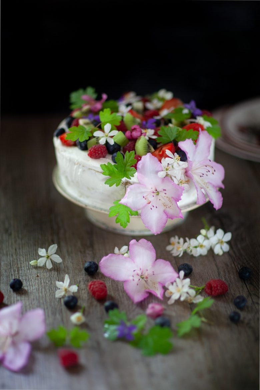 gâteau d'anniversaire aux fruits et à la chantilly