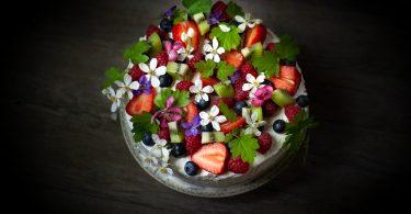 gâteau d'anniversaire aux fruits et aux fleurs de printemps recette