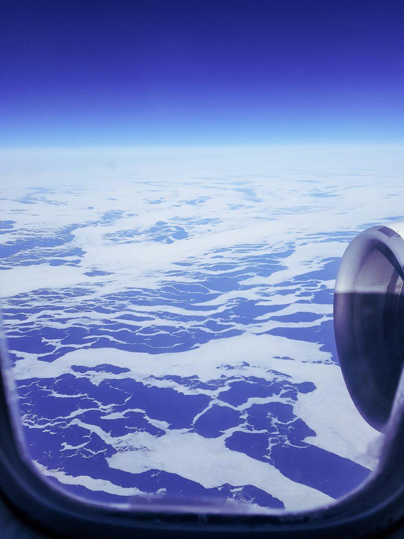 vue aérienne de la mer gelée entre le groenland et l'alaska