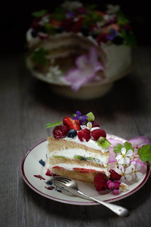 recette du gâteau d'anniversaire aux fruits et aux fleurs de printemps et chantilly