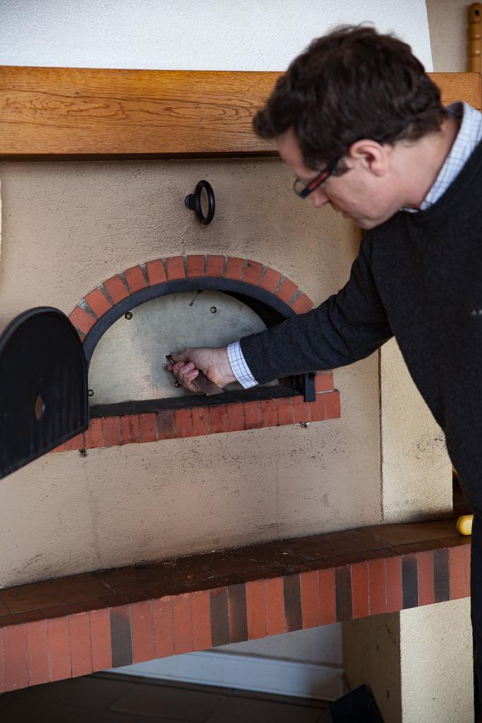 mise ne place de la porte isolante du four à bois Grand-Mère