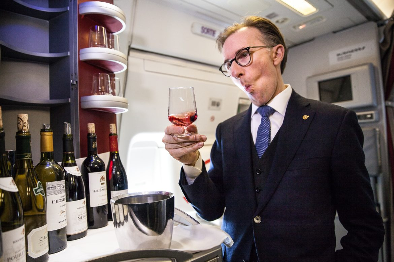 Paolo Basso déguste les vins en cabine Business vol Paris Los Angeles Air France