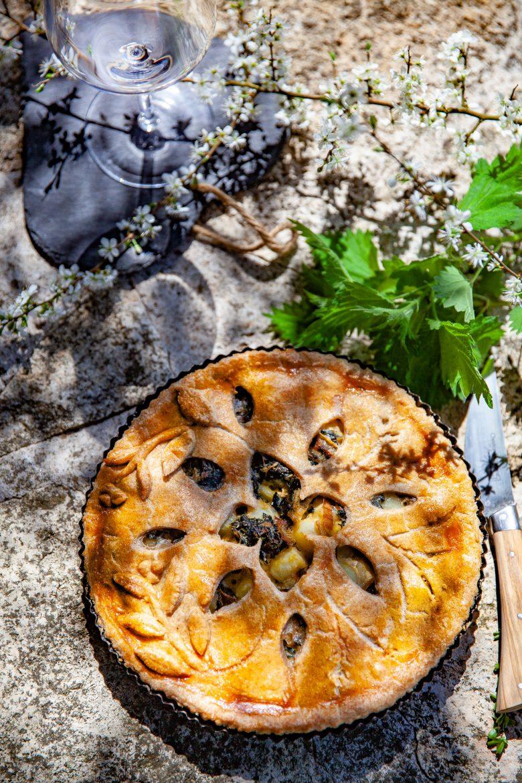 Tourte aux orties et aux pommes de terre, orties et couteau Jean Dubost