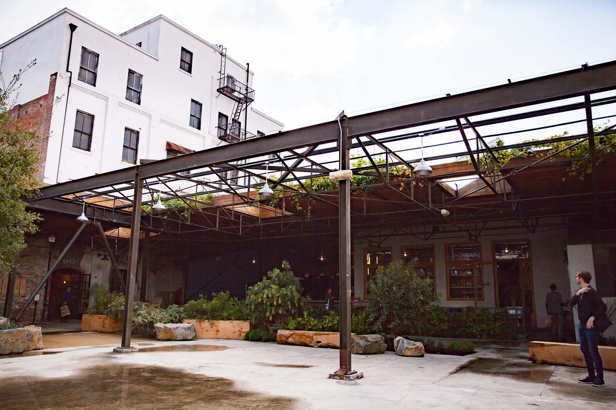 L'espace jardin dans la cour de Hauser & Wirth Los Angeles autrement