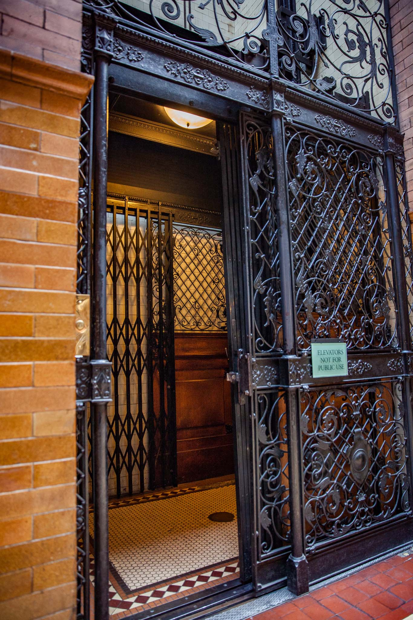 L'ascenseur du Bradbury Building dans le Historic Core de Los Angeles