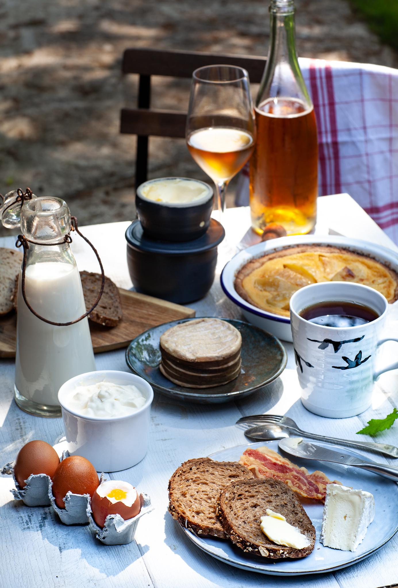 Petit déjeuner à la normande avec des produits AOC AOP de Normandie
