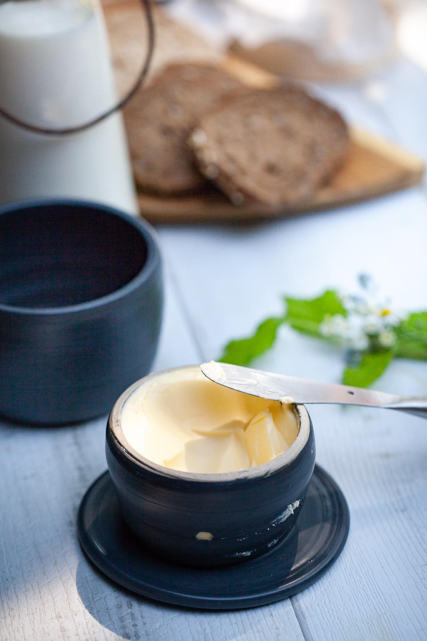 Pot à beurre traditionnel en céramique et beurre cru de normandie