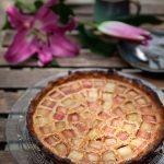 recette de tarte amandine avec des morceaux de rhubarbe