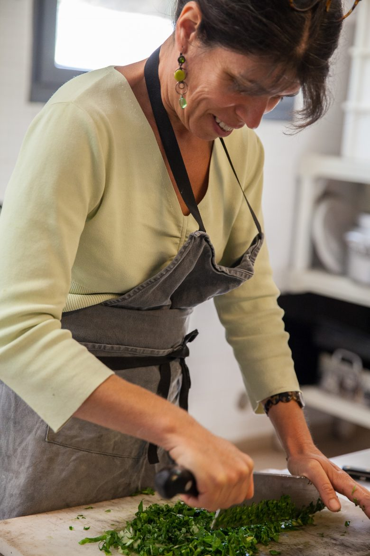 Claudine Vinas à la coupe des herbes pour la recette des pascadous