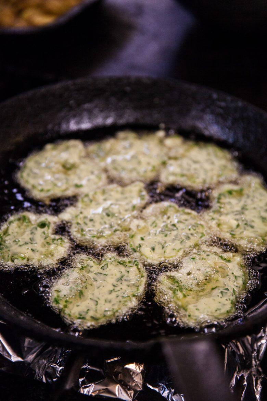 Pascadous ou petites crêpes salées aux herbes en friture