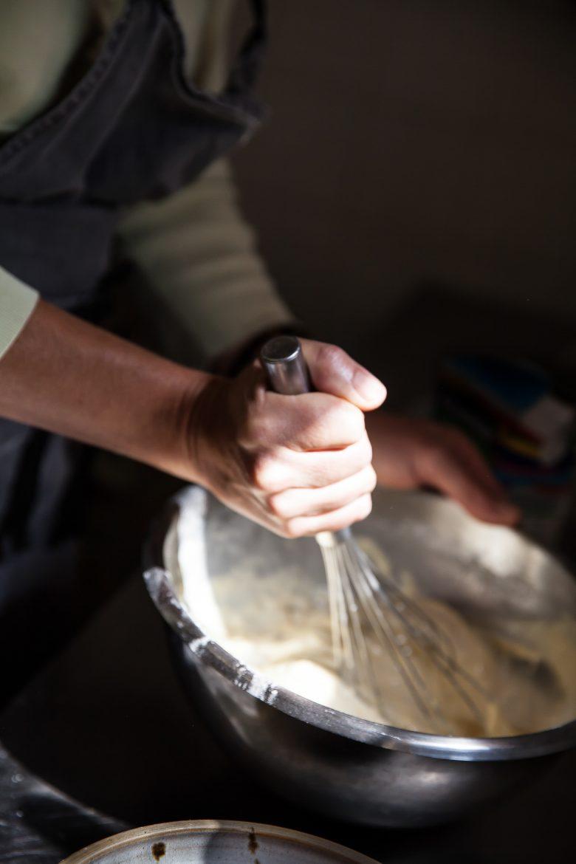 Préparation de la pâte des Pascadous, petites crêpes salées aux herbes du jardin