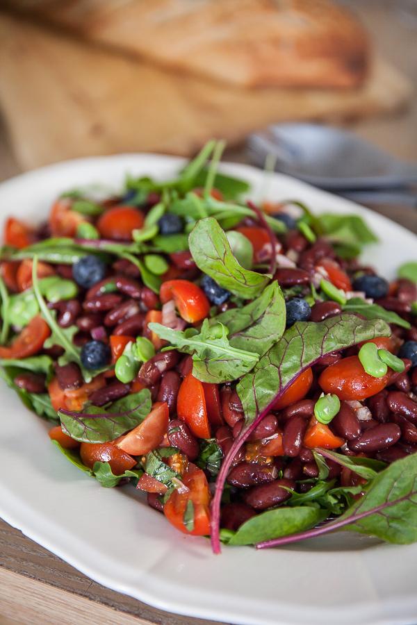Salade de haricots rouges, de fèves et de tomates cerises avec des myrtilles