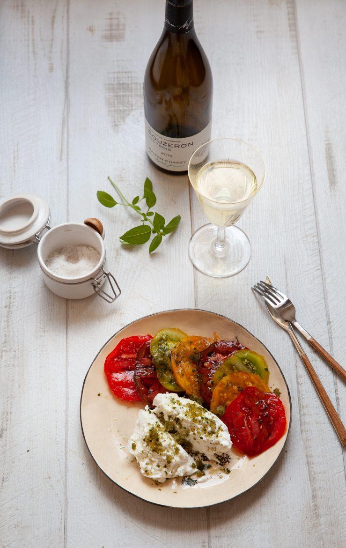 Salade de tomate à la burrata et au granité de basilic accompagnée d'un verre de Bouzeron