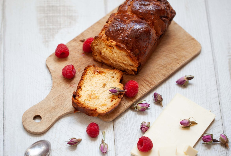 Brioche au chocolat blanc à la rose cuite en moule à cake