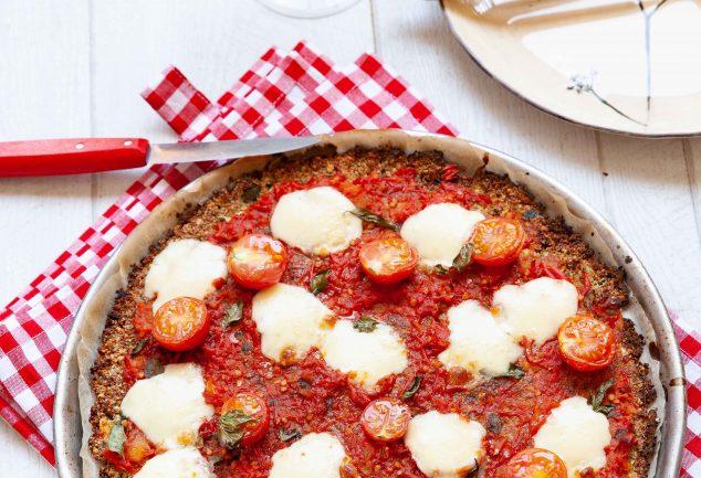 Pizza avec pâte à pizza aux courgettes et aux graines de chia blanc