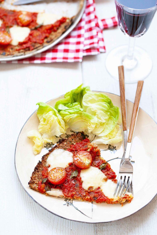 part de pizza margherita à la pâte à pizza aux courgettes et graines de chia