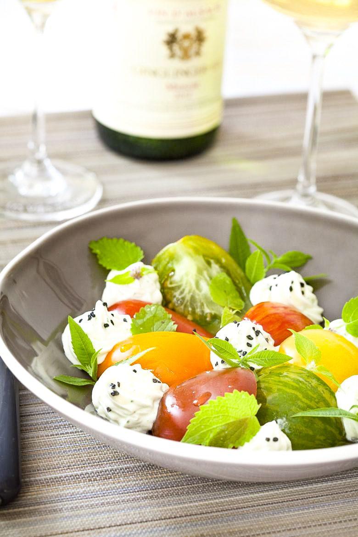 Salade de tomates anciennes à la mousse de brebis et aux herbes