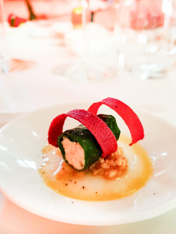 amuse-bouche du restaurant Mavrommatis: cannelloni de blette à la volaille, chips de betterave