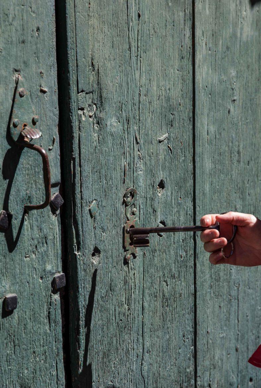 clef devant porte de caveau ancien
