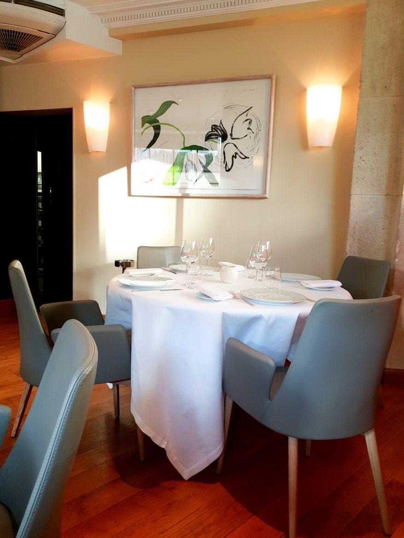 La salle gris perle du restaurant Mavrommatis